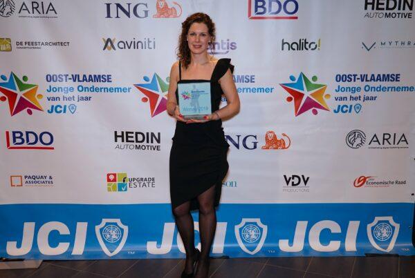 foto An Warrens ontvangt JCI award